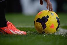 """Игрок """"Манчестер Юнайтед"""" Робин Ван Перси готовится подать угловой в матче чемпионата Англии против """"Стоук Сити"""" в Манчестере 26 октября 2013 года. REUTERS/Nigel Roddis"""