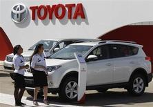 Funcionários da Toyota perto de exibição durante abertura da Feira Internacional de Bagdá, em Bagdá, 10 de outubro de 2013. A Toyota manteve sua liderança sobre as rivais General Motors e Volkswagen neste ano, segundo dados de vendas globais de janeiro a setembro, conforme a montadora japonesa se aproxima de um recorde anual de lucro. 10/10/2013 REUTERS/Thaier Al-Sudani