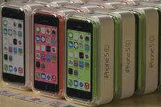 Iphone 5c da Apple fotografados em uma loja da marca na quinta avenida, em Nova York. As previsões de vendas e receita para o iPhone que serão divulgadas pela Apple nesta segunda-feira poderão oferecer sinais sobre se o modelo mais barato 5C ficou abaixo da meta ou se a maior companhia de tecnologia do mundo pode continuar com sua bem-sucedida série de lançamentos de dispositivos eletrônicos. 20/09/2013. REUTERS/Adrees Latif