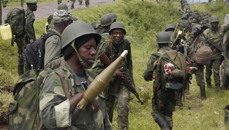 Congolese soldiers move to frontline positions as they advance against the M23 rebels in Kibumba, north of Goma October 27, 2013. REUTERS/Kenny Katombe