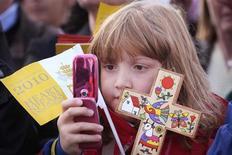 Девочка фотографирует папу римского Бенедикта XVI во время службы в St Mary's University College в Лондоне 17 сентября 2010 года. У папы римского Франциска есть лишний повод для радости: аккаунт понтифика в сети микроблогов Twitter собрал более 10 миллионов подписчиков. REUTERS/Peter Macdiarmid/Pool