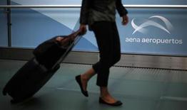 Le gouvernement espagnol cherche des investisseurs intéressés par le rachat de 20% à 30% du capital du gestionnaire public d'aéroports Aena et pourrait ensuite introduire ce dernier en Bourse, afin de céder au total près de 60% du capital. /Photo prise le 18 octobre 2013/REUTERS/Sergio Perez