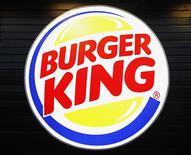 El logo de Burger King en un restaurante de la firma en el aeropuerto Marignane en Francia, dic 22 2012. Burger King Worldwide Inc reportó el lunes una ganancia mejor a la esperada en el tercer trimestre, debido a una reducción de sus costos asociados a la venta de franquicias y a un crecimiento en sus ventas fuera de Norteamérica. REUTERS/Jean-Paul Pelissier