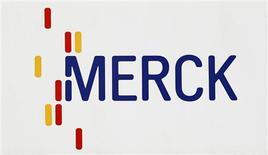 El logo de la farmacéutica estadounidense Merck en Darmstadt, Alemania, mar 7 2012. La farmacéutica estadounidense Merck reportó el lunes ganancias trimestrales mejores a las previstas gracias a recortes de costos, pero la caída en las ventas de su fármaco para la diabetes Januvia sumó más evidencia de que su principal producto está perdiendo terreno. REUTERS/Alex Domanski