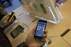 Apple a vendu 33,8 millions d'iPhone durant son dernier trimestre fiscal, ce qui est à peu près conforme aux anticipations des analystes. Le groupe a la pomme, qui a dégagé un chiffre d'affaires global de 37,5 milliards de dollars (au-delà du consensus de Thomson Reuters I/B/E/S qui le donnait à 36,8 milliards), se montre optimiste pour la période des fêtes de fin d'année. /Photo prise le 20 septembre 2013/REUTERS/Adrees Latif