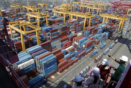 People look at Hanjin Shipping's container terminal at the Busan New Port in Busan, about 420 km (261 miles) southeast of Seoul August 8, 2013. REUTERS/Lee Jae-Won