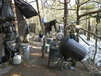 Le camp de fortune de Christopher Knight, dans les bois du Maine. Cet Américain de 47 ans, qui a vécu 27 ans en ermite dans les bois, a plaidé coupable lundi de vol et de cambriolage en échange de sa participation à un programme de réinsertion. /Photo prise le 4 avril 2013/REUTERS/Police du Maine