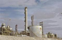 Мощности Sirte Oil Company в Марса-эль-Брега 20 октября 2013 года. Цены на нефть снижаются накануне совещания ФРС, но цена Brent близка к недельному максимуму за счет резкого падения экспорта из Ливии. REUTERS/Esam Omran al-Fetori
