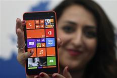"""Le Lumia 1320 de Nokia. Sur la période juillet-septembre, les ventes de la gamme de """"smartphones"""" Lumia ont bondi de 19% à 8,8 millions d'unités grâce au lancement de nouveaux modèles. /Photo prise le 22 octobre 2013/REUTERS/Ben Job"""