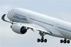Qatar Airways, le client de lancement de l'Airbus A350, s'attend à ce que l'avionneur européen lui livre son premier exemplaire de l'appareil au second semestre 2014. La compagnie aérienne a commandé 80 exemplaires du nouveau long courrier d'Airbus. /Photo prise le 14 juin 2013/REUTERS/Jean-Philippe Arles