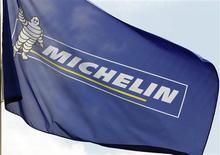Michelin, qui chutait de 3,74% vers 13h330, accuse la plus forte baisse du CAC 40 à mi-séance. Le groupe a fait état lundi d'une dégradation des effets de changes au troisième trimestre. Le CAC progressait de 0,47% à la même-heure. /Photo d'archives/REUTERS/Régis Duvignau