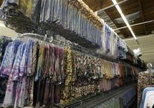 Camisetas femeninas almacenadas en una bodega de la firma Sledge USA en Los Angeles, oct 13 2009. Los inventarios de empresas de Estados Unidos subieron de acuerdo a lo esperado en agosto, lo que sugiere que el reabastecimiento podría dar un impulso al crecimiento económico del tercer trimestre. REUTERS/Fred Prouser