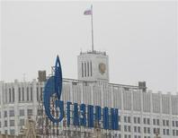 """El logo de la firma Gazprom frente a la Casa Blanca en Moscú, feb 8 2013. El exportador de gas ruso Gazprom le reclamó el martes a Ucrania que pague urgentemente una factura vencida, avivando temores a una nueva """"guerra del gas"""" e incrementando la presión sobre el Gobierno ucraniano mientras intenta construir lazos amistosos con Europa. REUTERS/Maxim Shemetov"""