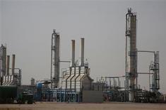 La refinería de petróleo Najaf en Najaf, Iraq, oct 3 2013. Las exportaciones de petróleo de Irak aumentaron en octubre debido a un impacto reducido de las tareas de infraestructura en terminales del sur del país, aunque el incremento es menor al que esperaban los compradores dado que continúan los problemas de suministro en el segundo productor más importante de la OPEP. REUTERS/Ahmad Mousa