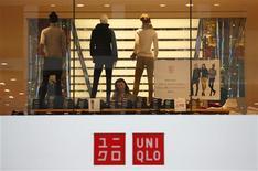 Una mujer revisa vestuario en una tienda de la minorista Fast Retailing's Uniqlo en Tokio, oct 4 2013. El gasto del consumidor en Japón subió en septiembre luego de que los compradores adelantaron sus adquisiciones antes de un alza del impuesto sobre las ventas el próximo año, lo que representa un impulso a los esfuerzos del Gobierno para estimular la demanda y poner fin a 15 años de deflación. REUTERS/Issei Kato