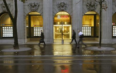 People walk past a branch office of Swiss bank UBS in Zurich October 29, 2013. REUTERS/Arnd Wiegmann