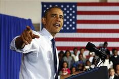 El presidente de Estados Unidos, Barack Obamam, en una conferencia en una secundaria en Brooklyn, EEUU, oct 25 2013. El Ejército Electrónico Sirio, un grupo de piratas informáticos que simpatiza con el presidente Bashar al-Assad, tomó el lunes el control de una herramienta de internet utilizada por una organización que apoya al mandatario de Estados Unidos, Barack Obama, a fin de redirigir enlaces de sus cuentas de Twitter y Facebook. REUTERS/Larry Downing