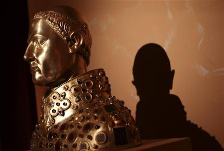 A replica of the reliquary bust of San Gennaro is seen during the 'Treasure of San Gennaro' exhibition in Rome October 29, 2013. REUTERS/Tony Gentile (ITALY - Tags: SOCIETY)