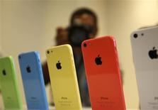 Los diversos colores de los modelos del teléfono iPhone 5C en Cupertino, EEUU, sep 10 2013. Las acciones de Apple bajaban levemente el martes, después de que el fabricante del iPhone aclaró su panorama sobre márgenes al decir que contaría con 900 millones de dólares en ingresos diferidos para el periodo de fiestas de fin de año, lo que llevó a analistas a elevar la estimación para los títulos de la firma. REUTERS/Stephen Lam