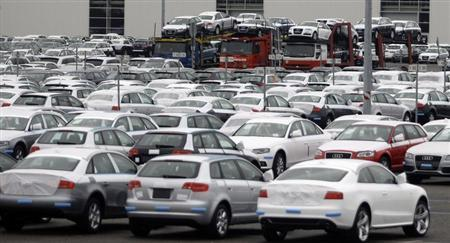 New cars stand on a field outside the Audi factory in Ingolstadt near Munich October 29, 2008. REUTERS/Michael Dalder