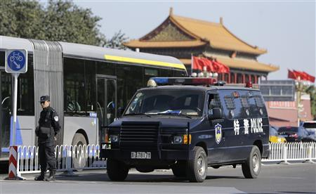 A policeman stands guard next to a special police vehicle near Tiananmen Gate, in Beijing, October 29, 2013. REUTERS/Jason Lee
