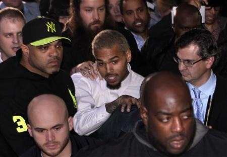 Rapper Chris Brown (C) leaves the U.S. District Court in Washington October 28, 2013. Rapper Chris Brown was due in court to face a felony assault charge stemming from a fight outside hotel, the latest legal run-in for the Grammy-winning singer. REUTERS/Yuri Gripas
