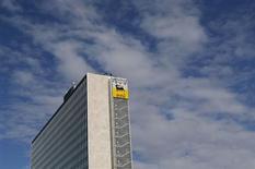 Le groupe pétrolier et gazier italien Eni anticipe une production annuelle inférieure à celle de 2012, en raison de problèmes en Libye et au Nigeria. /Photo d'archives/REUTERS/Alessandro Bianchi