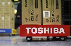Toshiba, le premier fabricant japonais de puces, relève sa prévision annuelle de bénéfice d'exploitation de plus de 10% en mettant en avant la forte demande pour ses mémoires Nand utilisées dans les smartphones et tablettes. /Photo d'archives/REUTERS/Shohei Miyano