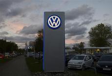 Volkswagen publie un bénéfice d'exploitation en hausse au troisième trimestre. Les ventes record des marques Audi et Porsche ont compensé diverses charges de restructuration. /Photo prise le 28 octobre 2013/REUTERS/Fabian Bimmer