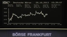 Табло фондовой биржи во Франкфурте-на-Майне 29 октября 2013 года. Европейские фондовые рынки растут за счет неожиданно высоких квартальных показателей нескольких компаний. REUTERS/Remote/stringer
