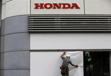 Honda publie un bénéfice net en hausse de 46% mais moins élevé que prévu au titre de son deuxième trimestre clos fin septembre. Le constructeur automobile japonais maintient ses objectifs pour l'ensemble de l'exercice. /Photo prise le 30 octobre 2013/REUTERS/Issei Kato