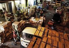 Trabalhadores descarregam frutas em frente a atacadistas, antes de se dirigirem aos mercados em São Paulo, 1º de fevereiro de 2013. O Índice Geral de Preços-Mercado (IGP-M) teve alta de 0,86 por cento em outubro, abaixo da expectativa do mercado, após subir 1,50 por cento em setembro, com a desaceleração dos preços no atacado compensando com folga a alta no varejo. 01/02/2013 REUTERS/Nacho Doce