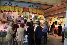 Pessoas compram comida em mercado na capital da Andaluzia, Sevilha, na Espanha, 29 de outubro de 2013. A economia da Espanha cresceu entre julho e setembro depois de se contrair por nove trimestres e a inflação desacelerou em outubro, de acordo com dados divulgados nesta quarta-feira. 29/10/2013 REUTERS/Marcelo del Pozo