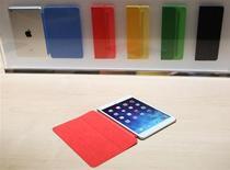 Новый iPad Air на мероприятии Apple в Сан-Франциско 22 октября 2013 года. Apple Inc не стала заново изобретать колесо, но ее похудевший планшет iPad Air, стоящий дороже продуктов-конкурентов, есть главный вклад в поддержание успеха, считают обозреватели. REUTERS/Robert Galbraith