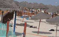 Тело экстремиста-смертника на пляже курорта Сус, Тунис 30 октября 2013 года. Экстремист-смертник подорвал себя на тунисском курорте Сус в среду, не сумев убить или ранить кого-то, а другого смертника полиции удалось задержать у мавзолея экс-президента страны Хабиба Бургибы, сообщили источники в службах безопасности. REUTERS/Mohamed Amine ben Aziza