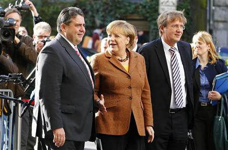 Leader of Germany's Social Democratic Party (SPD) Sigmar Gabriel (L) welcomes German Chancellor and leader of the Christian Democratic Union (CDU) Angela Merkel at the SPD headquarters before coalition talks between Germany's conservative (CDU/CSU) parties and the SPD in Berlin October 30, 2013. REUTERS/Tobias Schwarz