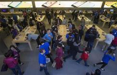 Trabalhadores são vistos em loja da Apple em Manhattan, Nova York. O setor privado dos Estados Unidos abriu 130 mil postos de trabalho em outubro, abaixo das expectativas de economistas para o mês, mostrou o Relatório Nacional de Emprego da ADP nesta quarta-feira. 20/09/2013 REUTERS/Adrees Latif