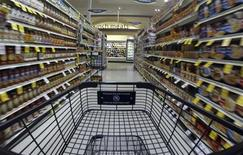 Produtos são vistos nas prateleiras de um supermercado em Encinjtas, na Califórnia. Os preços ao consumidor dos Estados Unidos subiram modestamente em setembro, mas há poucos sinais de riscos da inflação na economia, o que deve dar margem ao banco central do país para manter suas compras de títulos mensais. 10/10/2013 REUTERS/Mike Blake