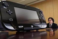 Presidente da Nintendo Co, Satoru Iwata, é visto ao lado do controle do console Wii U, na sede da empresa em Kyoto, no Japão, em janeiro. A Nintendo manteve inalterada, nesta quarta-feira, sua previsão de vendas do Wii U para o ano até março de 2014 em 9 milhões de unidades, cerca de um mês depois de ter reduzido o preço do console na América do Norte e na Europa para competir melhor contra as rivais. 07/01/2013 REUTERS/Yuriko Nakao