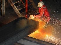 La demande pour l'acier augmentera d'environ 3% en Europe en 2014 confirmant les premiers signes de reprise sur le continent, selon Eurofer, la fédération de sidérurgistes européens. /Photo prise le 23 septembre 2013/REUTERS/Heinz-Peter Bader