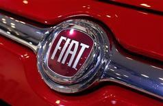 El logo de Fiat en un vehículo en la Feria Internacional del Automóvil en Nueva York, mar 28 2013. La automotriz italiana Fiat redujo el miércoles sus pronósticos financieros del 2013 de acuerdo a lo esperado, luego de que los ingresos del tercer trimestre disminuyeron en Latinoamérica por el vencimiento de incentivos tributarios en Brasil. REUTERS/Mike Segar