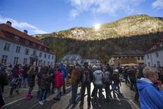 Le soleil brillera pour la première fois en hiver sur la localité norvégienne de Rjukan, située au fond d'une vallée privée de lumière directe d'octobre à mars, grâce à des miroirs installés à des centaines de mètres au-dessus de la ville. /Photo prise le 30 octobre 2013/REUTERS/Terje Bendiksby/NTB Scanpix
