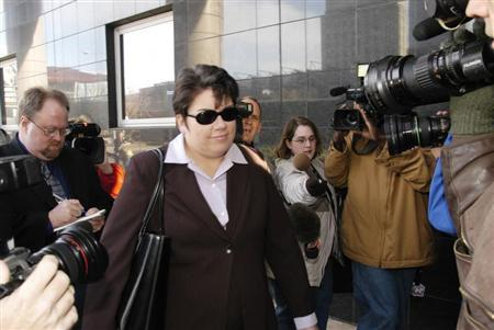 Leslie Caldwell (C), head of the Justice Department's Enron Task Force, arrives at the Federal Courthouse in Houston, where former Enron assistant treasurer Lea Fastow declined to agree to a plea bargain arrangement offered by U.S. District Judge David Hittner, January 9, 2004. REUTERS/Tim Johnson