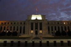 El edificio de la Reserva Federal de Estados Unidos en Washington, jul 31 2013. La Reserva Federal de Estados Unidos mantendría su programa de compras de bonos cuando concluya una reunión de dos días el miércoles, y podría hacer referencia a lecturas débiles de la economía estadounidense para señalar que la política será extendida al 2014. REUTERS/Jonathan Ernst