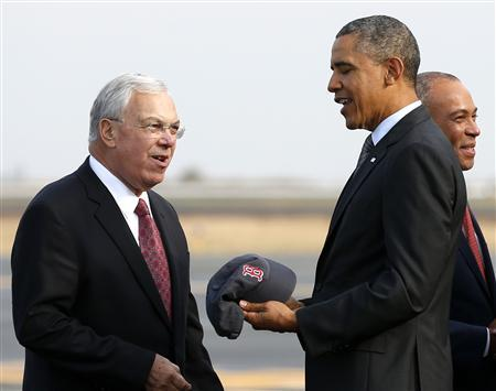 U.S. President Barack Obama is given a Red Sox baseball cap by Boston Mayor Thomas Menino upon his arrival in Boston October 30, 2013. REUTERS/Kevin Lamarque