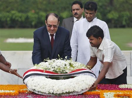 Iraqi Prime Minister Nuri al-Maliki (L) places a wreath at the Mahatma Gandhi memorial at Rajghat in New Delhi August 23, 2013. REUTERS/Ahmad Masood