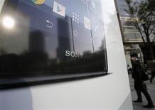 Sony affiche une perte nette de 19,3 milliards de yens (143,22 millions d'euros) pour le deuxième trimestre de son exercice 2013-2014. Sa branche télévision a accusé une perte d'exploitation de 9,3 milliards de yens après un bénéfice de 5,2 milliards au premier trimestre. /Photo prise le 31 octobre 2013/REUTERS/Toru Hanai