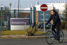 Le chiffre d'affaires et le résultat d'AstraZeneca, deuxième groupe pharmaceutique britannique, ont encore baissé au troisième trimestre. /Photo d'archives/REUTERS/Darren Staples