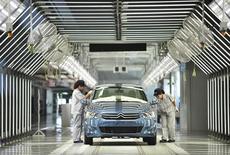 Usine Dongfeng Peugeot Citroën à Wuhan. Le constructeur automobile chinois, qui réfléchit à une éventuelle entrée au capital de PSA, fait état d'une hausse de 39% de son bénéfice au troisième trimestre sur fond de reprise du marché chinois. /Photo d'archives/REUTERS/China Daily