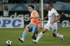 Olympique Marseille's Samir Nasri (L) challenges Fernando Ricksen of Zenit St. Petersburg during their UEFA Cup soccer match at the Velodrome stadium in Marseille March 06, 2008. REUTERS /Philippe Laurenson